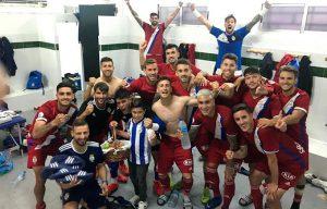 Habitual foto de alegría de los jugadores del Recre tras ganar un nuevo partido. En esta ocasión, en El Palmar.