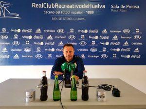 José María Salmerón, entrenador del Recreativo de Huelva, en la rueda de prensa previa al partido en Fuenlabrada. / Foto: @recreoficial.