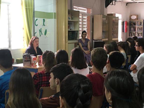 El escritora Care Santos comparte su experiencia literaria con los alumnos del IES Clara Campoamor de Huelva