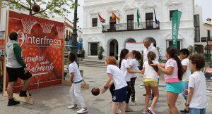 El alcalde de Cartaya, Juan Miguel Polo, visitó a los jóvenes deportistas en la Plaza Redonda.