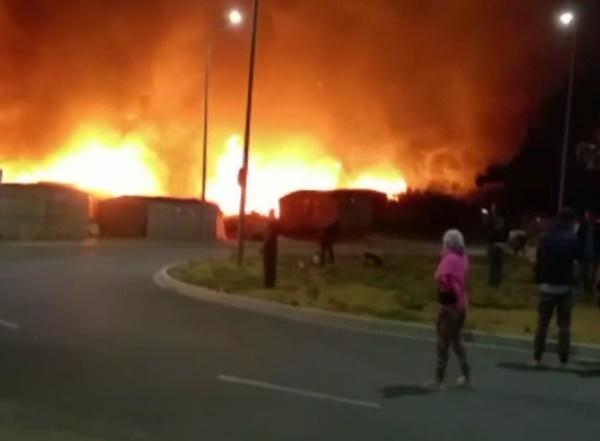 En torno a un centenar de personas son alojadas de emergencia tras un incendio en un asentamiento en Lepe