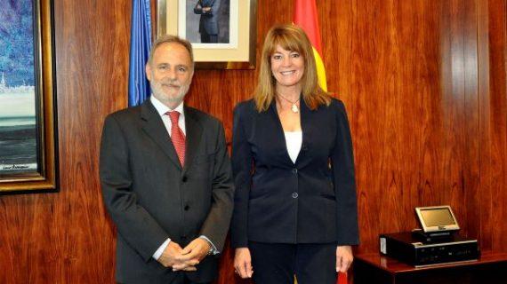 La presidenta de la APH da a conocer los proyectos del puerto onubense al presidente de Puertos del Estado