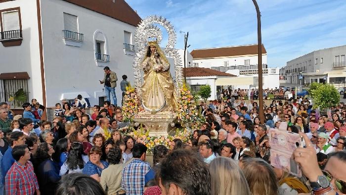 El Almendro se despide de la Virgen de Piedras Albas que permanecerá en Villanueva de los Castillejos