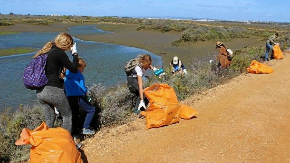 Voluntarios ambientales retiran basura de las Salinas del Duque en Ayamonte