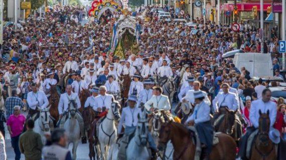 Multitudinaria despedida a la Hermandad del Rocío de Huelva en su camino hacia la aldea