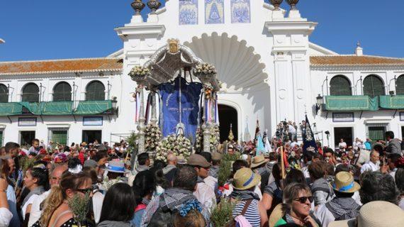 La Hermandad de Cartaya hacía su entrada en El Rocío acompañada por sus vecinos