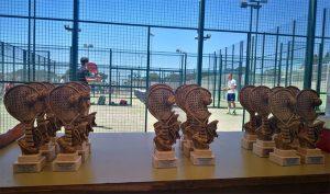 Los diversos trofeos entregados en la quinta prueba del Circuito de Menores de Pádel de Huelva que se celebró en Bonares.