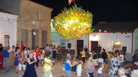 Puebla de Guzmán mantiene la tradición del baile del pino de San Juan