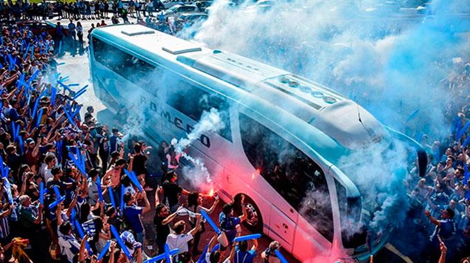 Las Peñas del Recre animan a los aficionados a recibir al equipo el domingo a su llegada al estadio. / Foto: @FdP_RCRH.