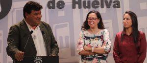 Un momento del acto de despedida de Anita, en la imagen junto al alcalde de la capital, Gabriel Cruz, y la presidenta del Sporting de Huelva, Manuela Romero. / Foto: @sportinghuelva.