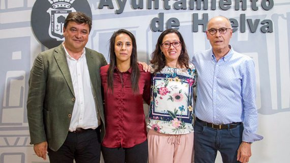 Una emocionada Anita dice adiós al Sporting de Huelva después de diez temporadas en el club onubense