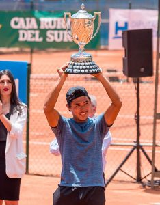 Pedro Sakamoto, levantando la Copa del Rey de Tenis. / Foto: @rcrtenishuelva.
