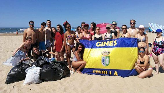 Un grupo de jóvenes limpian la playa de La Bota de Punta Umbría de forma voluntaria