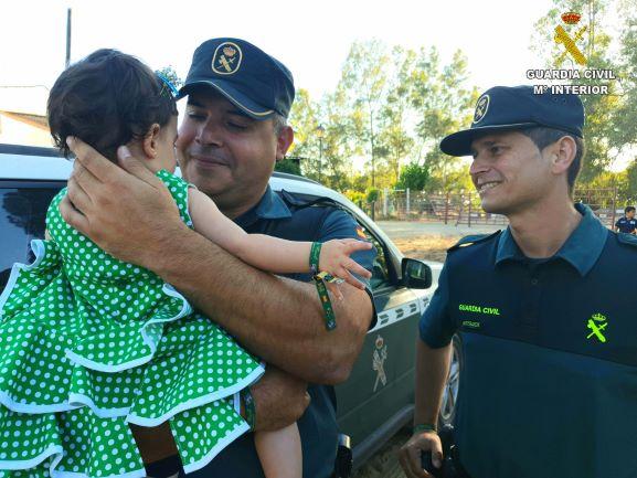 La Guardia Civil estabiliza a un bebé de 10 meses desvanecido al atragantarse en la aldea del Rocío