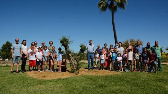 Vecinos de Palos plantan 6 nuevos árboles en el entorno de la Fontanilla