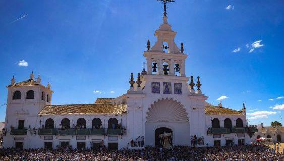 La Virgen del Rocío procesiona durante cerca de diez horas por la aldea almonteña
