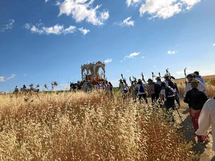 La Hermandad del Rocío de Trigueros se adentra en los caminos que la llevarán hasta la aldea almonteña