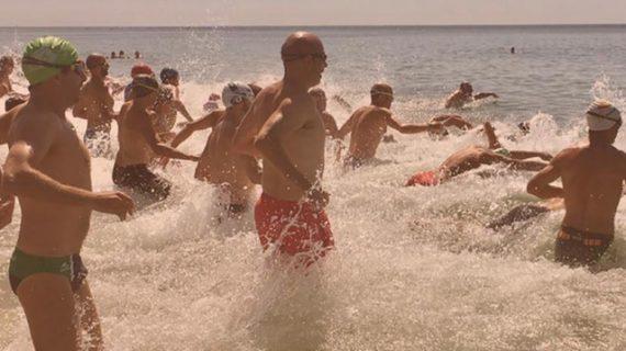 Una travesía a nado por las aguas de la playa de La Redondela