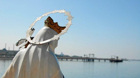 La Virgen del Carmen procesiona en su día por la Ría de Huelva