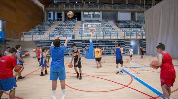 Unos 80 niños de la capital se divierten y mejoran en la Escuela de Baloncesto 'Enrique Benítez'