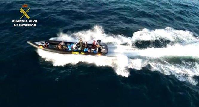 Intervenidos 3.500 kilos de hachís en Huelva cerca de la frontera con Portugal tras una intensa persecución en alta mar