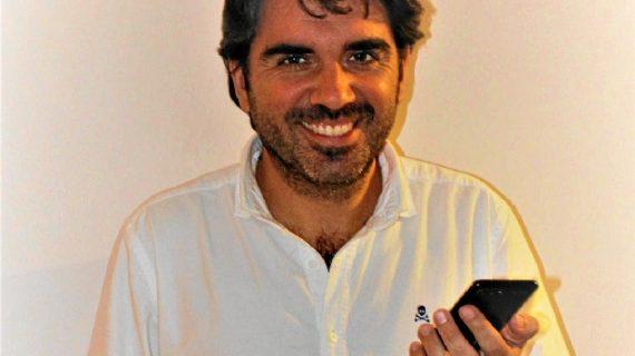 El onubense Juan Gorostidi retrata en su libro 'WhatsApp de padres' la realidad de ser un progenitor 2.0