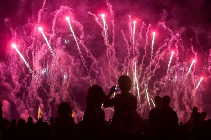 Un castillo de fuegos artificiales pone el broche de oro a las Colombinas 2019
