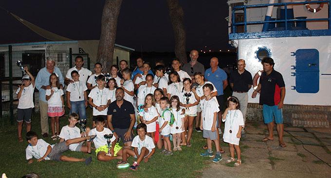 Los primeros clasificados de la II Regata Escuela de Vela 'América, a la Estela de Colón' del Club Deportivo Náutico Punta Umbría.