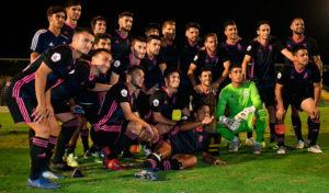Los jugadores del Recre posan con el trofeo conquistado en Lepe. / Foto: @recreoficial.