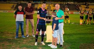 Momento de la entrega del trofeo al capitán del Decano. / Foto: @recreoficial.