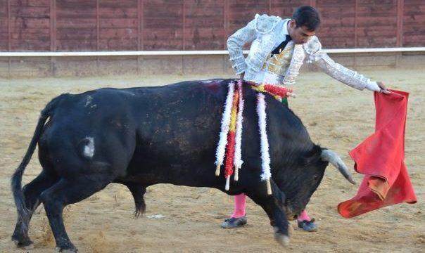 Gómez del Pilar pasea un trofeo en el Festejo de Valverde del Camino