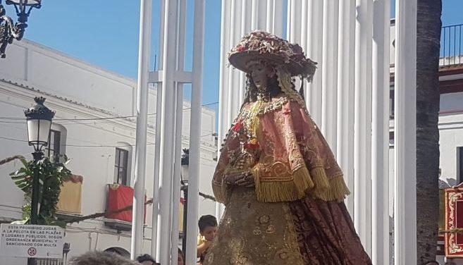 La Virgen del Rocío llega a la Iglesia de Ntra. Sra. de la Asunción de Almonte arropada por miles de fieles