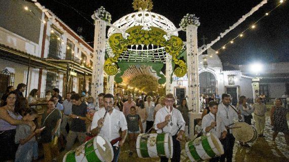 El Rocío adorna las calles por las que procesionará la Virgen en su traslado del 19 de agosto