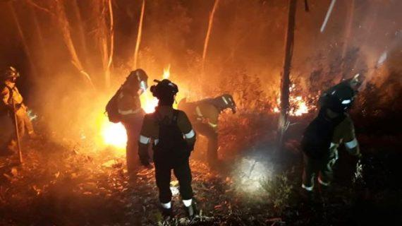 Los medios aéreos regresan al incendio de Paterna, que continúa activo