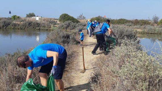 Voluntarios protagonizan una jornada de limpieza en Marismas del Odiel