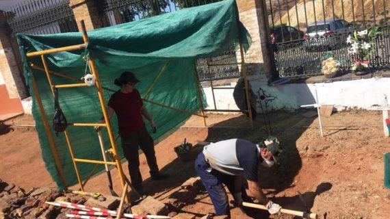 Se exhuman y recuperan más de veinte cuerpos en la fosa común de Nerva