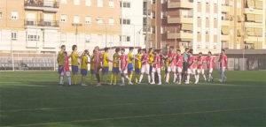 Los jugadores del Ciudad Jardín y La Palma se saludan antes del inicio del partido. / Foto: @LaPalmaCF.