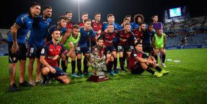 Los jugadores del Osasuna, rival del Recre en la Copa, con la Carabela de Plata el pasado septiembre. / Foto: @recreoficial.