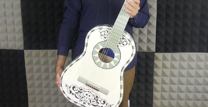 Antonio Dovao imparte un taller infantil con una réplica de la guitarra de la película de Disney 'Coco'