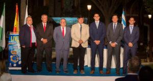 Autoridades municipales y deportivas, con el presidente del club, Manolo Zambrano, el pregonero y el presentador, Juan Manuel Garrido Anes. / Foto: @AytoHuelva.