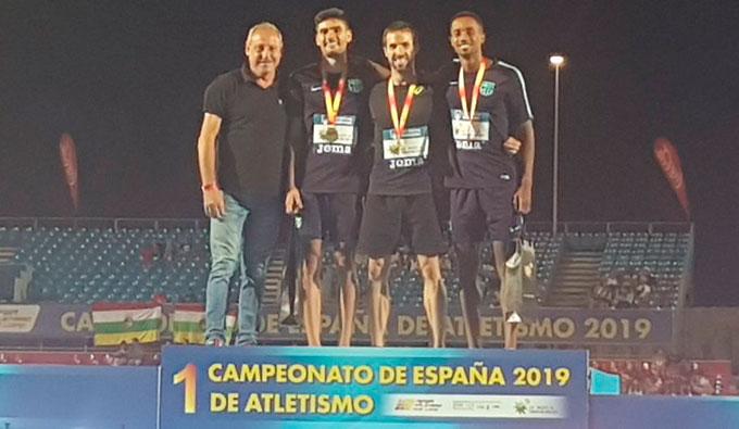 Héctor Santos en el podio con su medalla de plata en el salto de longitud del Nacional de Atletismo. / Foto: @atletismoRFEA.