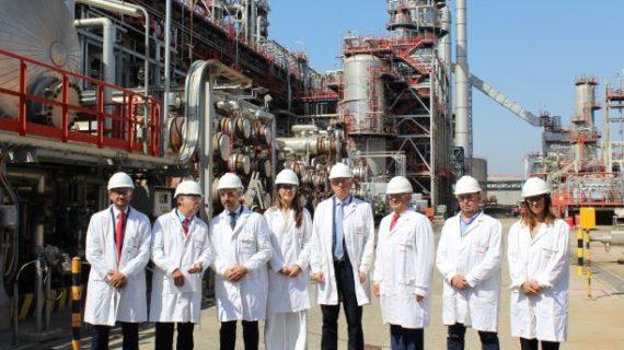 El consejero de Industria visita las instalaciones de la Refinería de Cepsa en Palos