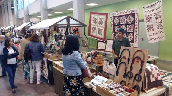 Profesionales y aficionadas a la artesanía textil se reúnen en Aracena