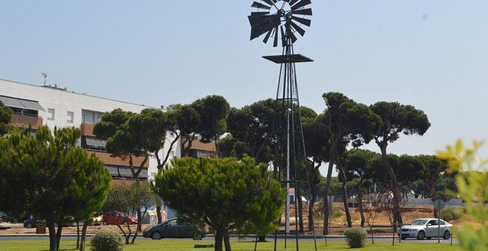 Un molino de viento homenajea a la Punta Umbría antigua en la entrada norte