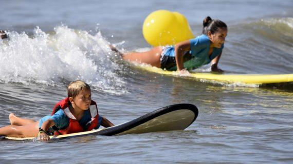 El final de agosto clausura actividades náuticas como las escuelas de surf de la costa onubense