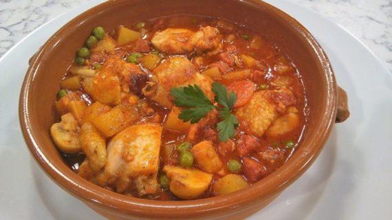 El programa 'Cómetelo' viaja hasta Higuera de la Sierra para preparar la receta 'Pollo a la Cazadora'