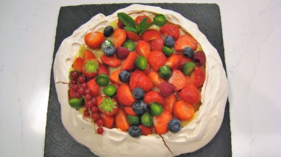 """Tarta Pavlova con frutos rojos de Rociana, un colorido postre en """"Cómetelo"""""""