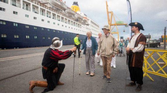 Llegan a Huelva los más de 600 turistas que viajan en el crucero 'Saga Sapphire'