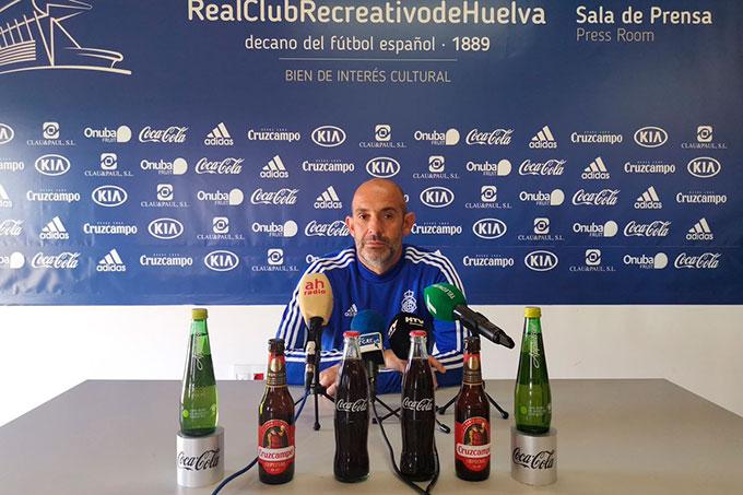 Alberto Monteagudo, entrenador del Recreativo de Huelva, en rueda de prensa. / Foto: @recreoficial.