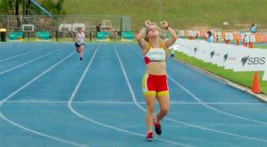 Blanca Betanzos en el momento de ganar la prueba de los 200 metros lisos.